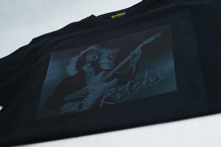 Нанесение логотипов на черной футболке в Москве Print.StudioSharp.ru