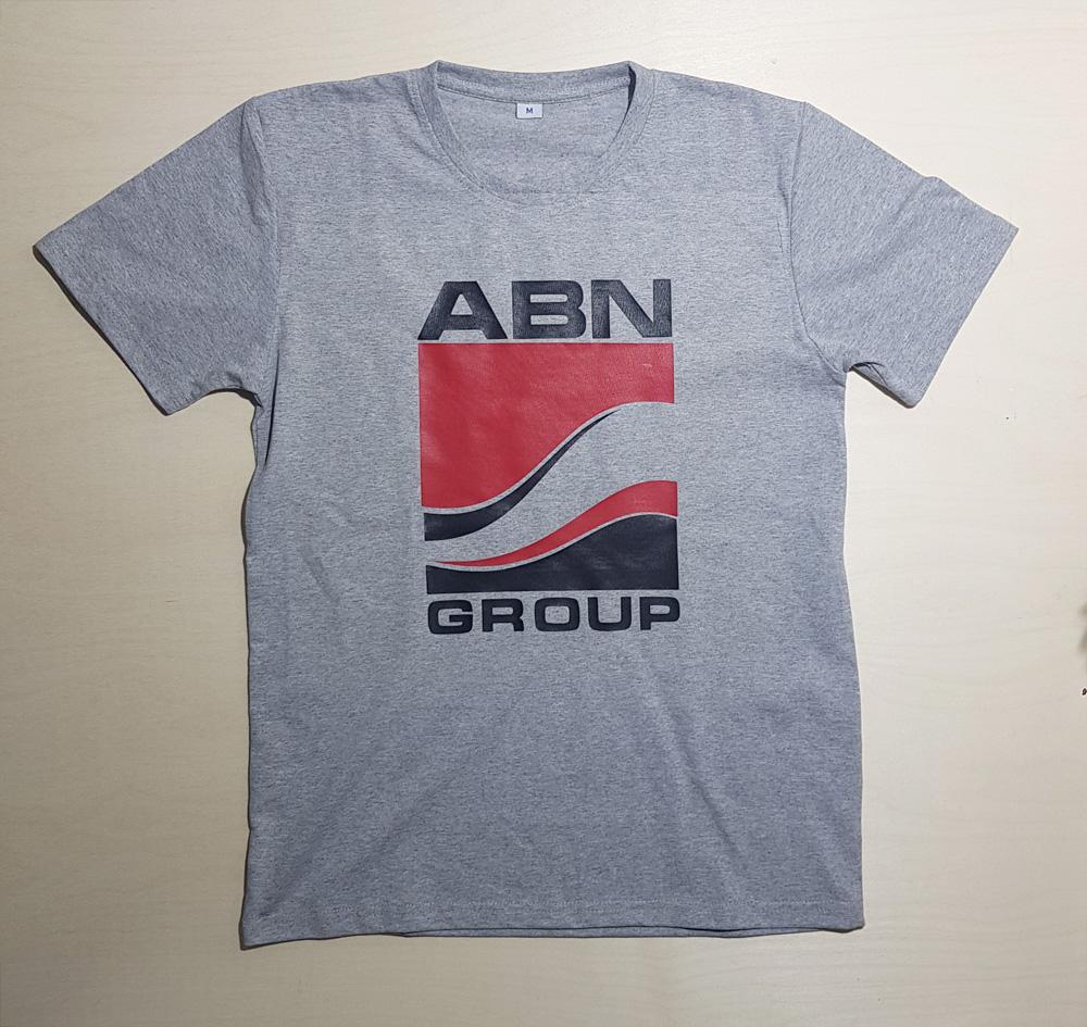 Печать логотипа на серой футболке