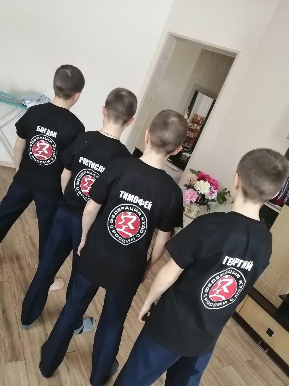 Черные футболки с логотипом
