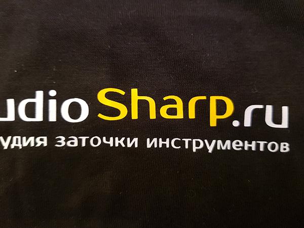 Печать логотипа на черной футболке дешево Print.StudioSharp.ru